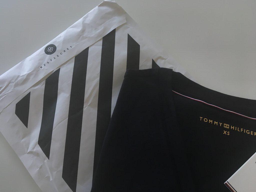 651e5d26ca07 Fick det gratis tack vara lite intjänade pengar, så jag valde en klassisk  t-shirt från Tommy Hilfiger till mig. Smidiga leveranser, riktigt bra  priser och ...